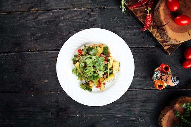 Peking salade met rundvlees komkommers en paprika