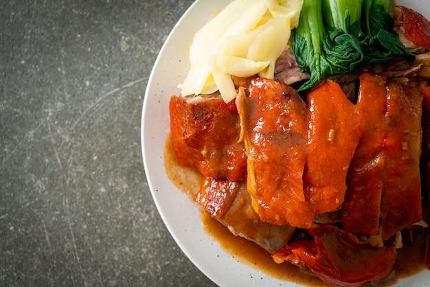 Pekingeend of geroosterde eend in rode barbecuesaus - chinees eten