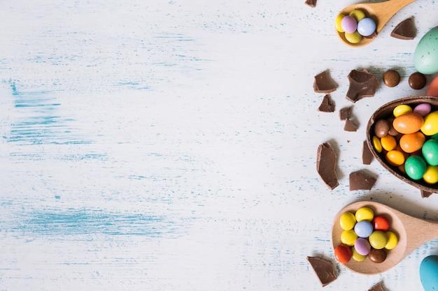 Pellets in lepels en chocolade-ei