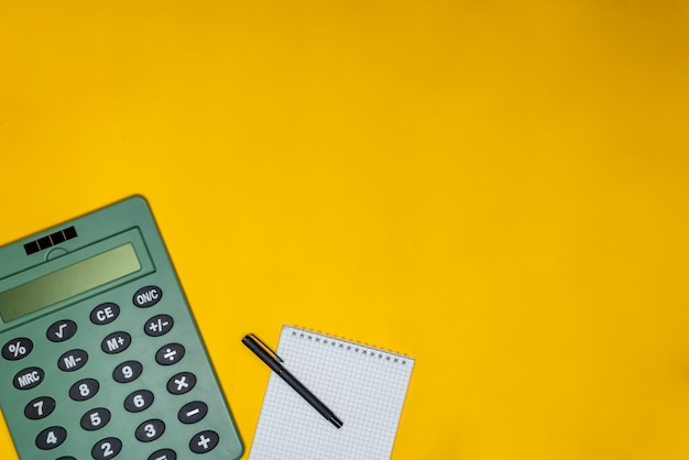 Pen, blocnote en rekenmachine