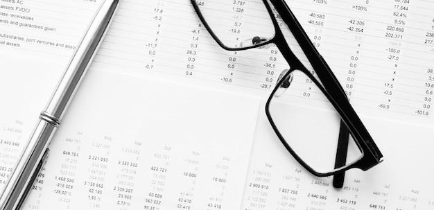 Pen die op financiële gegevens ligt. bedrijfs- en financieel onderzoeksconcept.