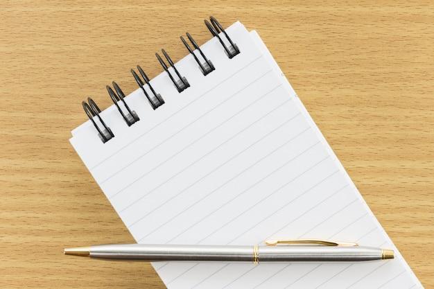 Pen en blocnote met blanco pagina