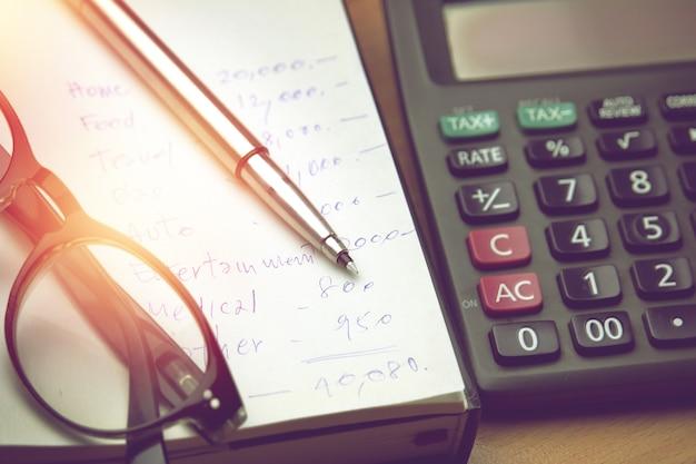 Pen en bril op huishoudelijk rekeningpapier