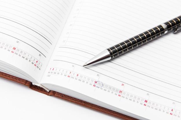 Pen en notitieboekje op een witte achtergrond, zaken en onderwijs. geïsoleerd