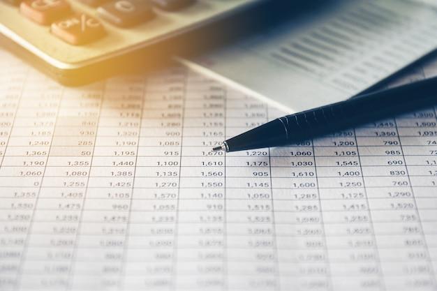 Pen en rekenmachine op boekhoudkundig rapport, bedrijfs- en financieel concept.