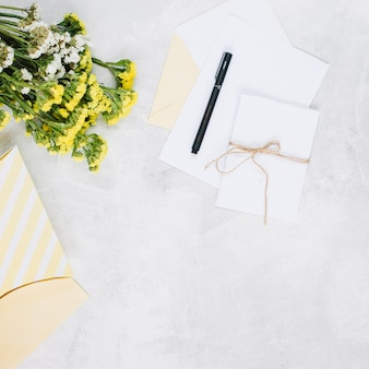 Pen- en wenskaarten in de buurt van boeket en cadeau