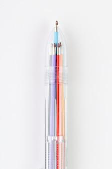 Pen met verschillende schrijven kleuren een bovenaanzicht geïsoleerd op wit