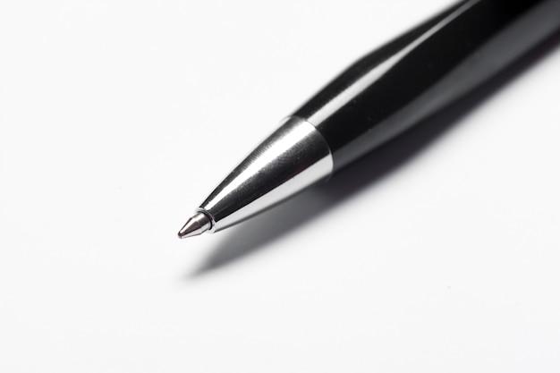 Pen op de witte achtergrond met het knippen van weg wordt geïsoleerd die