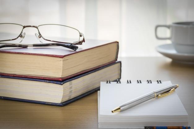 Pen opgemaakt notitieblok openen lege pagina