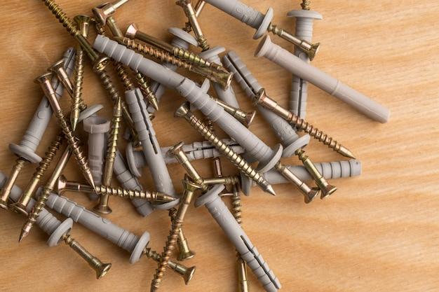 Pen voor het bevestigen van bouwmaterialen op houten achtergrond
