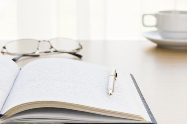 Pen zette een boek op met op het bureau