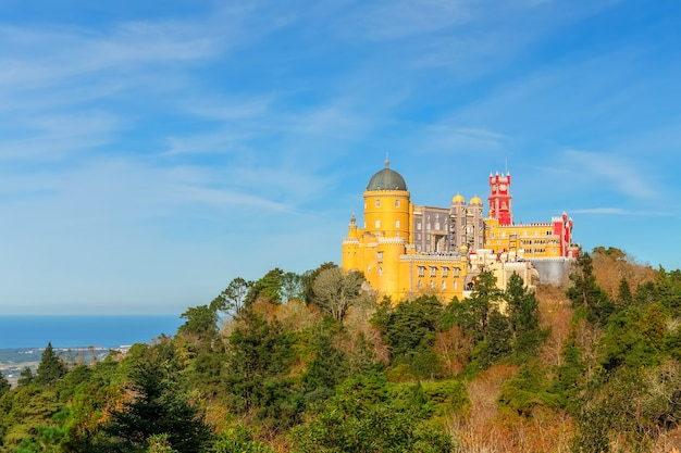 Pena palace in sintra, portugal. prachtig uitzicht op zee.