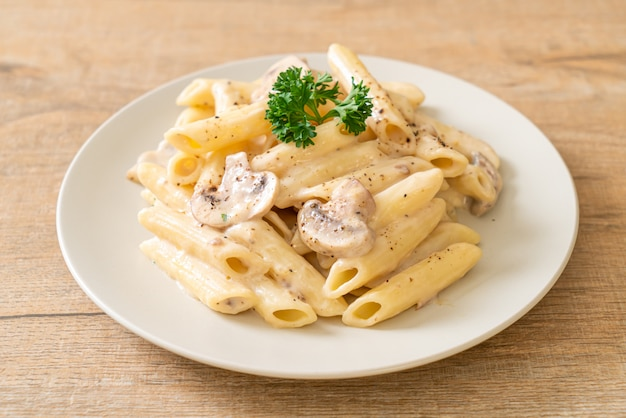 Penne pasta carbonara roomsaus met champignon