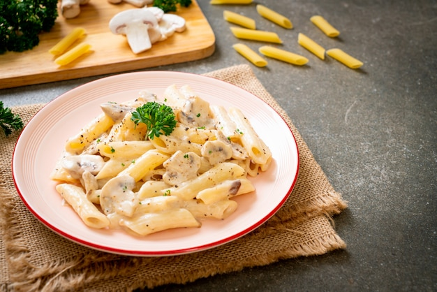 Penne pasta carbonara roomsaus met champignons