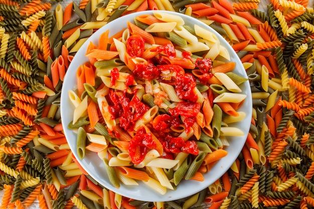Penne pasta in een bord met tomatoc saus