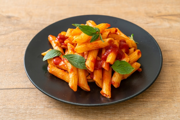 Penne pasta in tomatensaus
