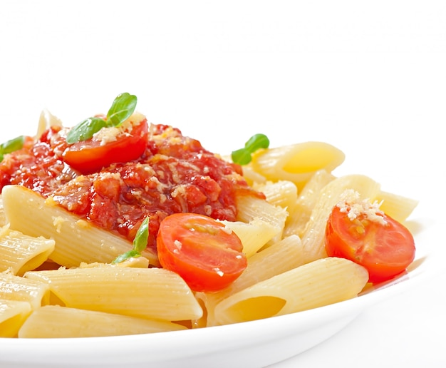 Penne pasta met bolognesesaus, parmezaanse kaas en basilicum