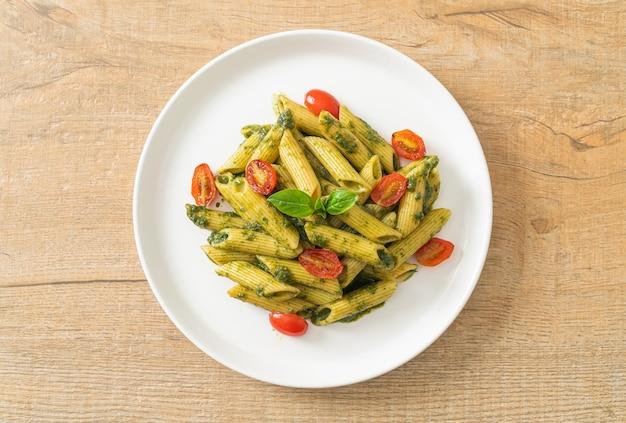 Penne pasta met pestosaus en tomaten - veganistische en vegetarische eetstijl