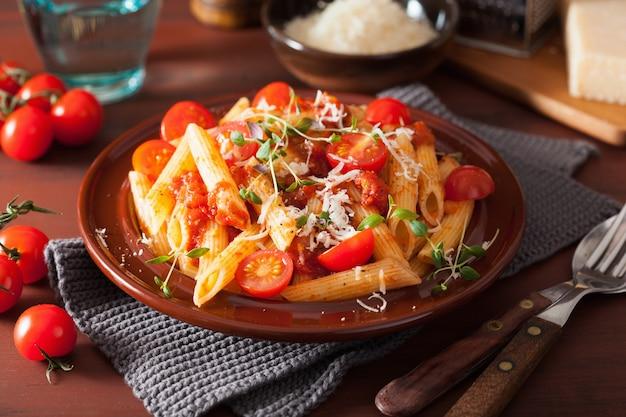 Penne pasta met tomaten en parmezaan