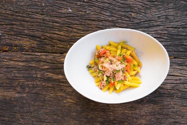 Penne pasta met tonijn en verse tomaten