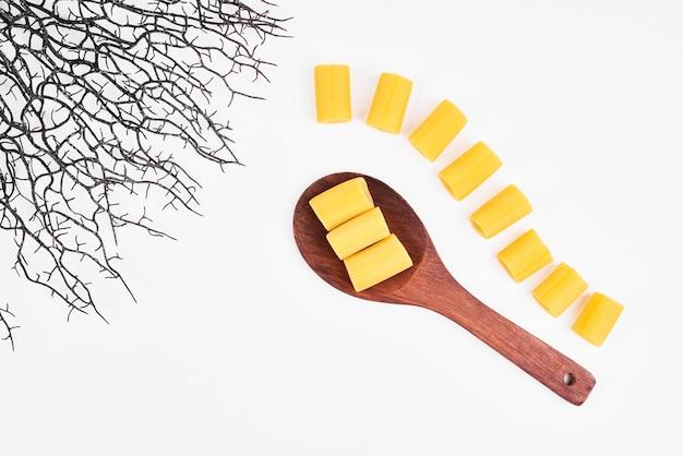 Penne pasta op een witte achtergrond.