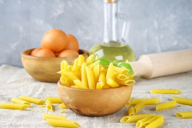 Penne rigate. macaroni in de vorm van veren. mostaccioli pasta