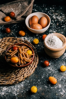 Penne. volkoren pasta met ei op houten tafel. gezond eten. vegetarisch eten. eetpatroon