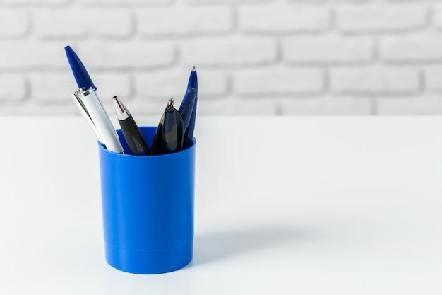 Pennen of schrijfhulpmiddelen op witte tafel