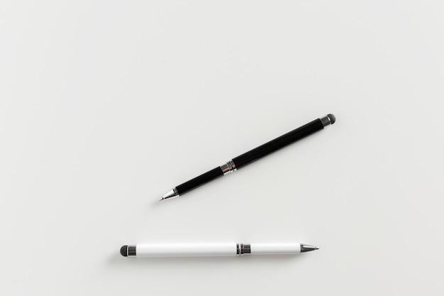 Pennen op wit worden geïsoleerd dat