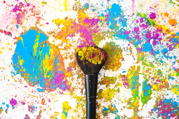 Penseel in de buurt van vervaagt en hopen van verschillende heldere droge kleuren
