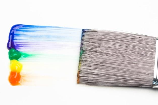 Penseel met regenboog penseelstreek