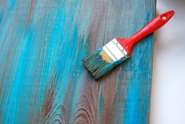 Penseel op blauwe en bruine houten achtergrond