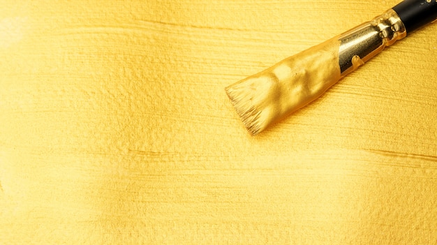 Penseel op een goudkleurige poster aquarel.