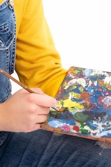 Penseel verf op schilderspalet uitsmeren
