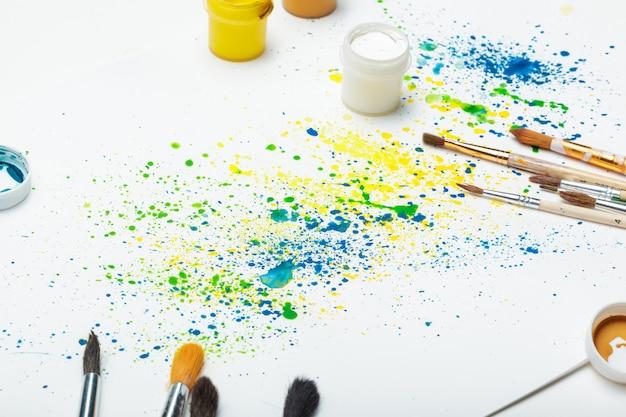 Penselen en aquarel abstracte kunst close-up