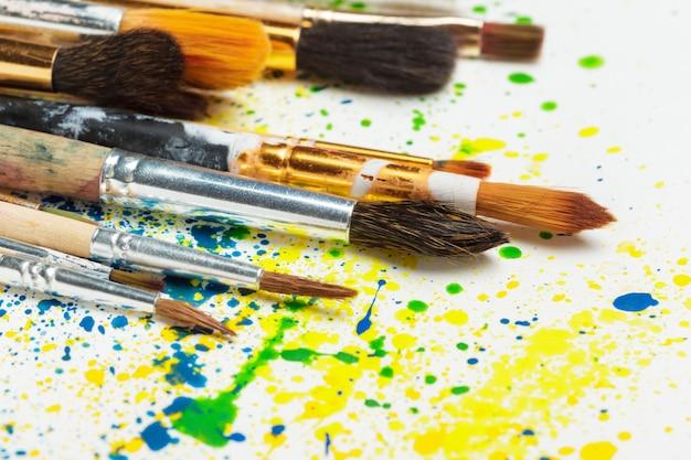 Penselen en waterverfschilderijen
