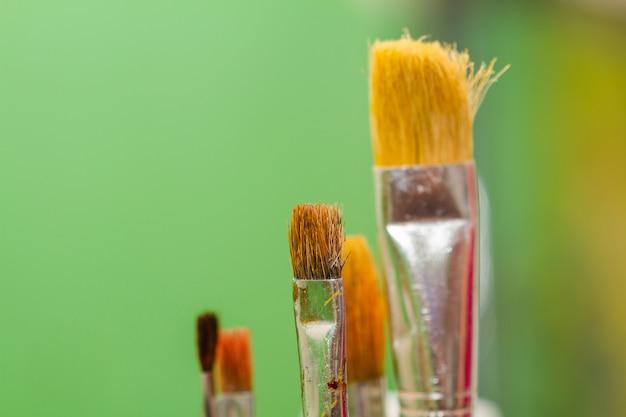 Penselen schilderen. close-up, selectieve aandacht