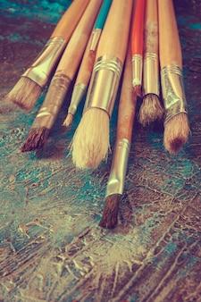 Penselen zijn een kunstenaarspalet in de studio