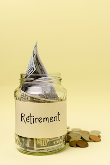 Pensioen label op een pot gevuld met geld vooraanzicht