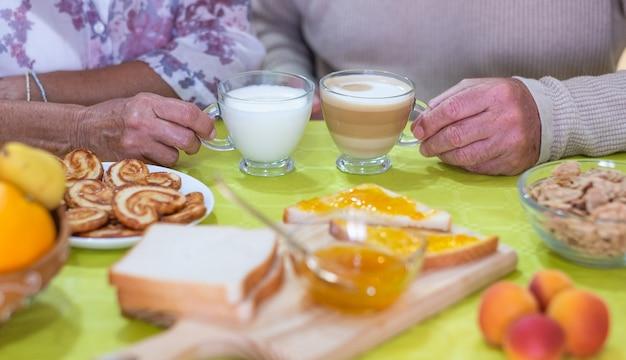 Pensioen senior kaukasisch koppel genieten van ontbijt thuis, gelukkig lifestyle concept