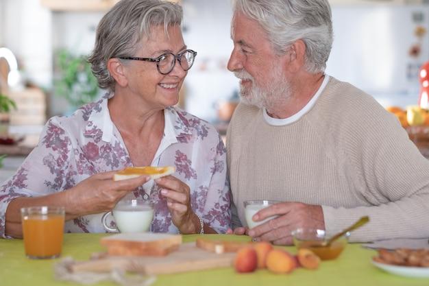 Pensioen senior paar levensstijl ontbijt geluk concept