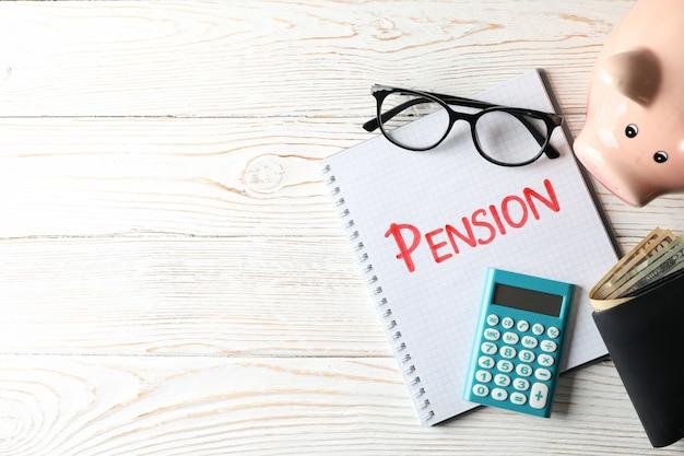Pensioenconcept met inschrijving pensioen op houten oppervlakte