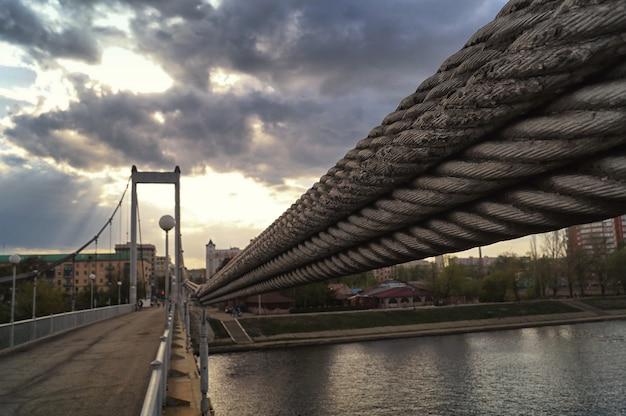 Penzabrug op sura-rivier