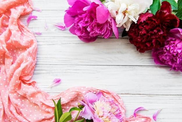 Peony bloemen als rand op een oude houten achtergrond