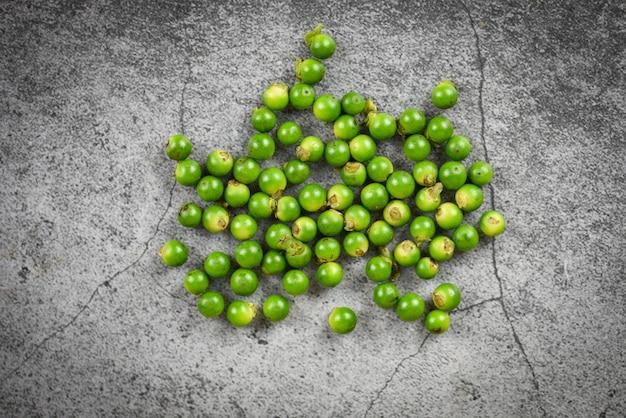 Peperbollen op donker plaat achtergrond vers groen peperbollenzaad voor thaise het voedselkruiden en kruiden van de ingrediëntenkeuken