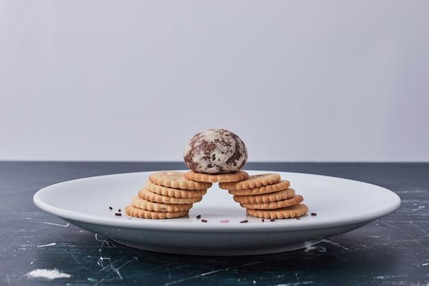 Peperkoek en crackers in een witte plaat.