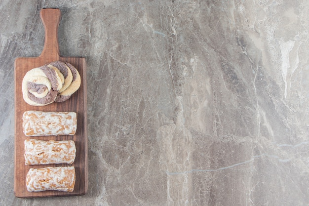 Peperkoek en zelfgemaakte koekjes op een bord op marmer.
