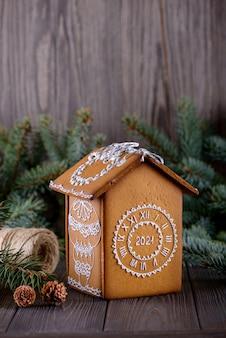 Peperkoek huis op tafel met kerstversiering