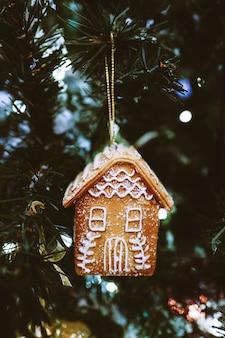 Peperkoek huis opknoping op de kerstboom