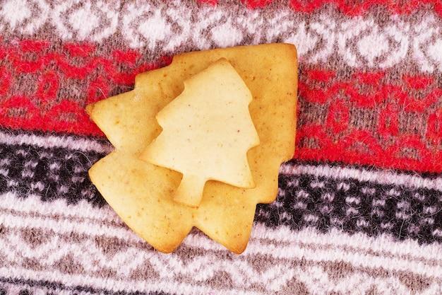 Peperkoek kerstboom versierd gekleurd glazuur. vakantiekoekje in de vorm van een kerstboom